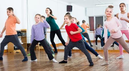 音楽に合わせた運動で子供の成績アップ